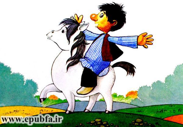 نخودی شاد و خوشحال سوار کره اسب سفید در صحرا سواری می کند - قصه کودکانه ایپابفا