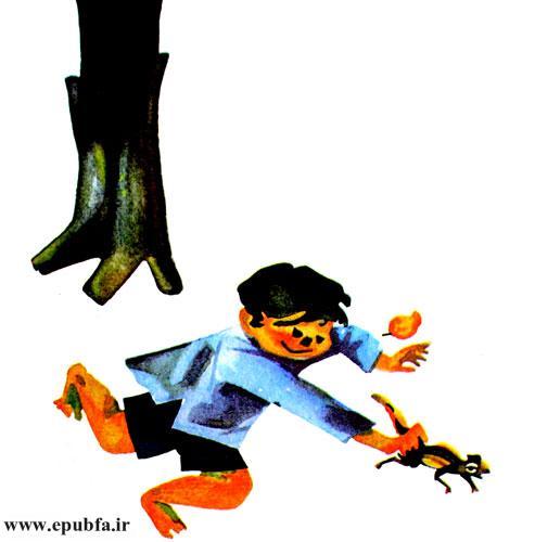 سنجاب کوچولو تا خواست فرار کند راوی او را گرفت و بهطرف خانه دوید